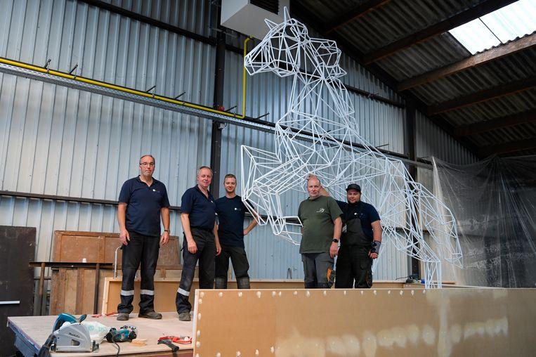 Het was een huzarenwerk voor de lassers van de stad om de ijzeren constructie van het Ros Beiaardlogo in 3D uit te werken.