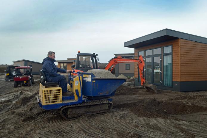 Sander van der Vet is met zijn collega's druk bezig met de aanleg van de bestrating. De nieuwe chalets zijn al klaar voor Pasen.