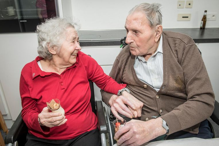 Madeleine en Alberic, 71 jaar gehuwd, genieten van een dessertglaasje in het rusthuis.