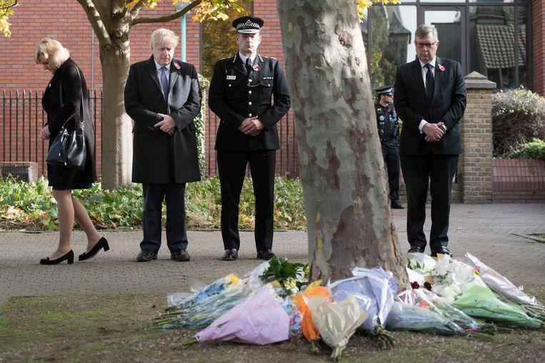 Premier Boris Johnson legt bloemen in Grays, de plek waar de Vietnamezen werden ontdekt. Beeld Reuters