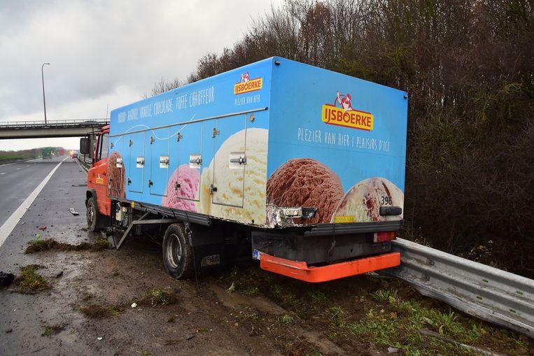 De vrachtwagen van IJsboerke raakte links achteraan ernstig beschadigd en belandde in de vangrail.