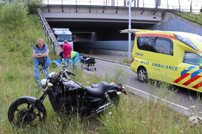 De motorrijder raakte een stoeprand en gleed onderuit.