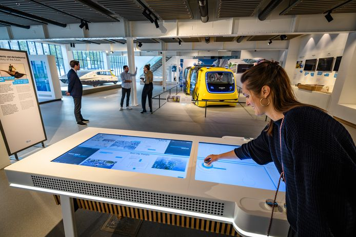 De zelfrijdende VW Sedric naast een zonneauto