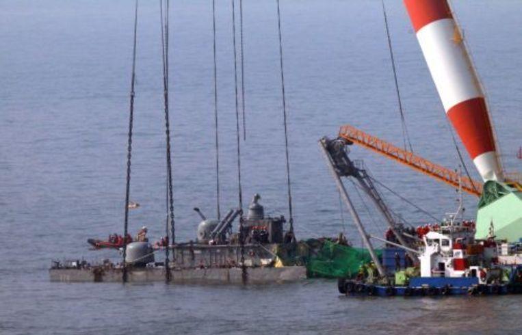 Resten van het getorpedeerde schip Cheonan worden uit de oceaan gevist. ANP Beeld
