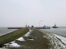 Schip vaart tegen havendam bij Vlissingen-Oost