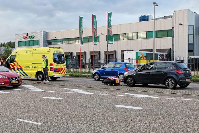 Op de Galvanistraat in Ede botste een motorrijder met twee auto's.