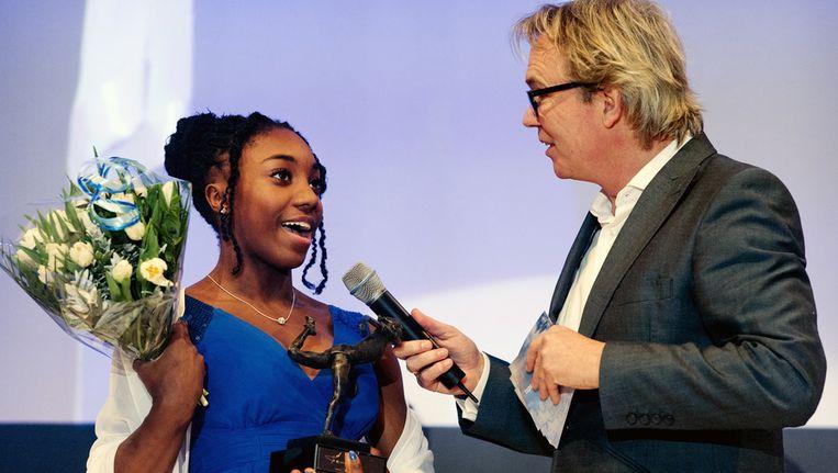 Chantysha Netteb met de prijs van Amsterdams sporttalent van het jaar 2012. Beeld null