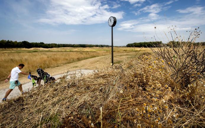 De golfbaan in Someren lag er afgelopen zomer droogjes bij.