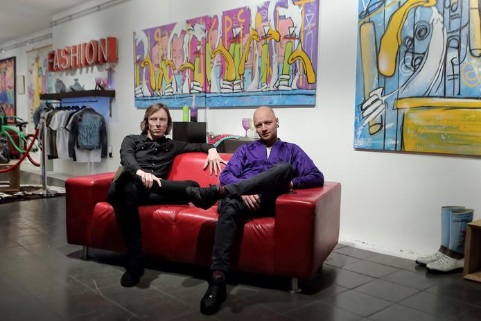 Benjamin Scheltema en Bob Martens in hun galerij. Achter hen het kunstwerk waarop de spaarkaart is geïnspireerd.