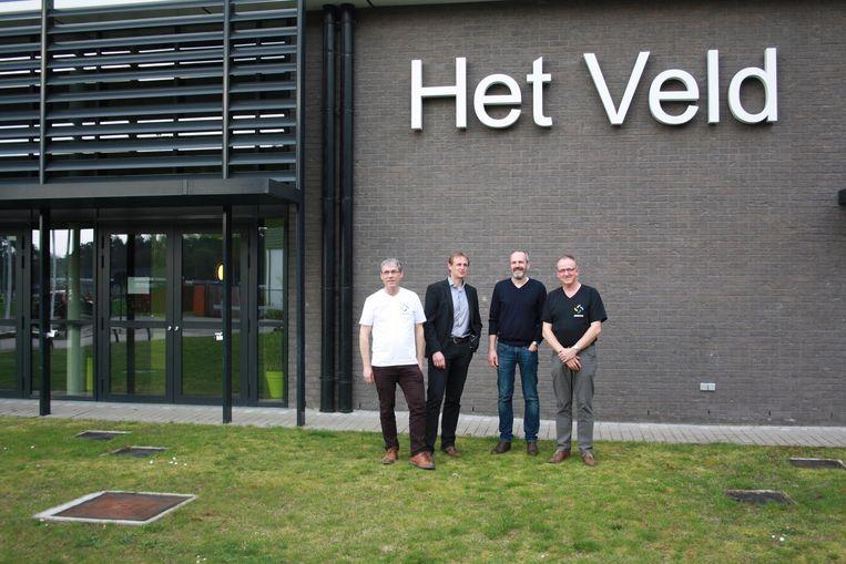 De vier oprichters van Zonnewind willen met zonnepanelen op sporthal Het Veld de CO2-uitstoot drastisch verminderen .