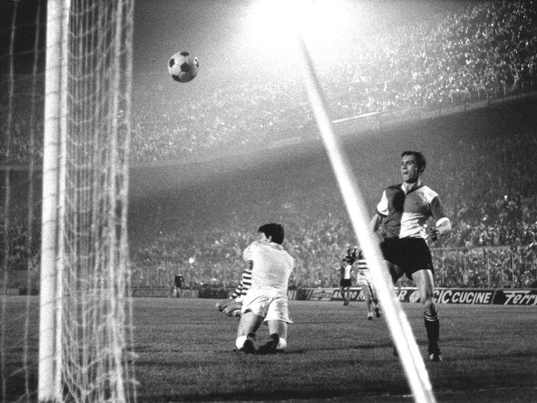 De Zweedse aanvaller Ove Kindvall scoort in de verlenging het tweede en beslissende doelpunt voor Feyenoord.  Beeld ANP