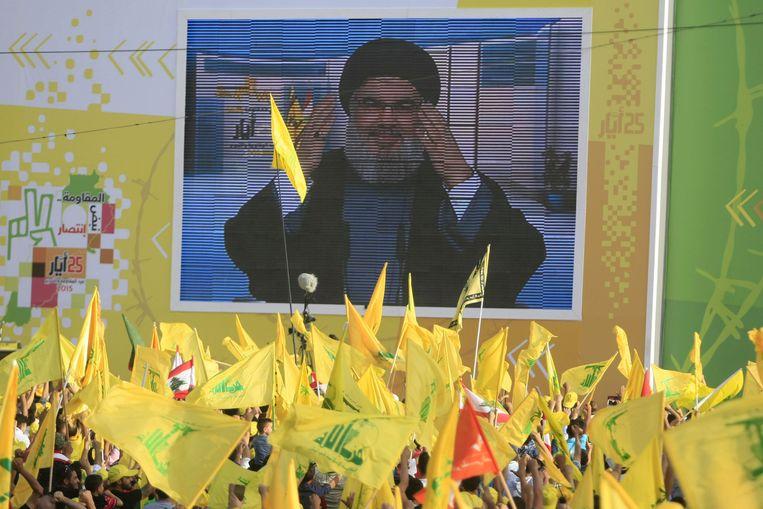 Hezbollah-leider Hassan Nasrallah spreekt zijn aanhangers toe via een videoverbinding vanaf een geheime locatie. Beeld ap