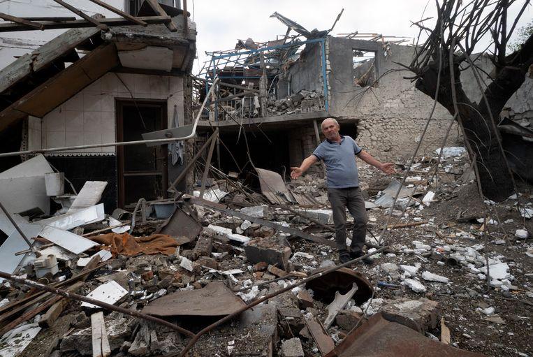 Een verwoest huis na een granaatbeschieting door Azerbeidzjaanse troepen op de Armeense enclave Nagorno-Karabach in Azerbeidzjan. Bij de oorlog die nu enkele weken duurt zijn al zeker 400 doden gevallen. Beeld AP