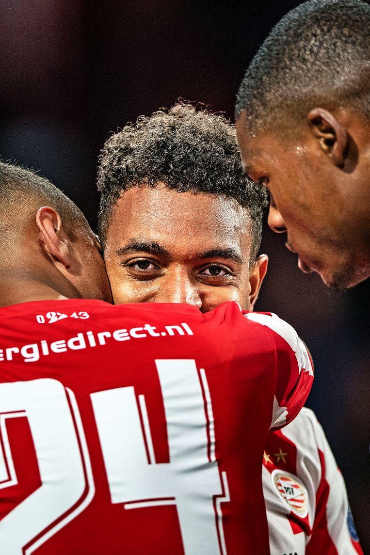 Donyell Malen krijgt de felicitaties van Mohamed Ihattaren en Denzel Dumfries na diens tweede goal tegen Vitesse. Beeld Guus Dubbelman / de Volkskrant