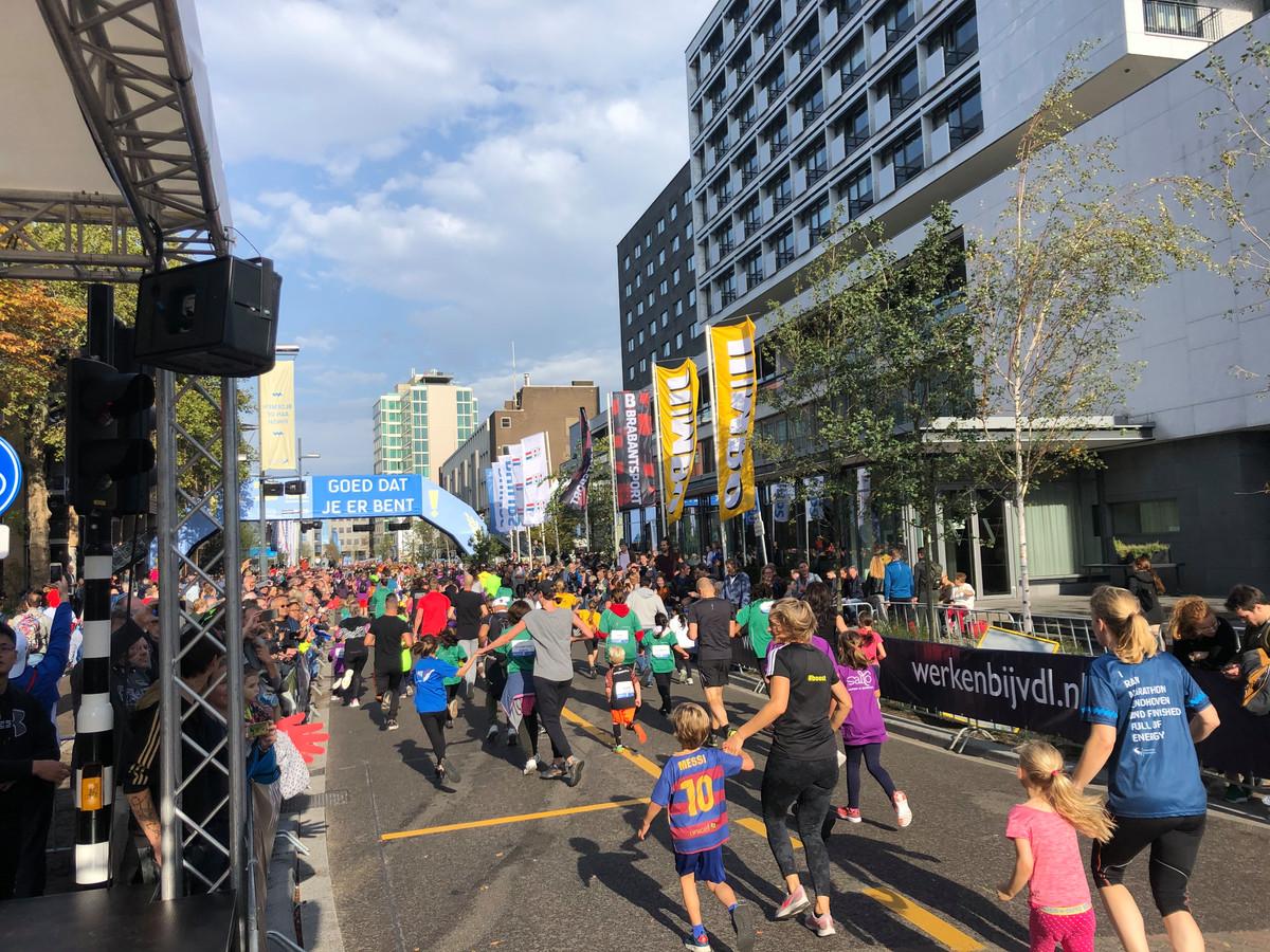 Lopertjes van de Mini Marathon Eindhoven bij de finish op de Vestdijk