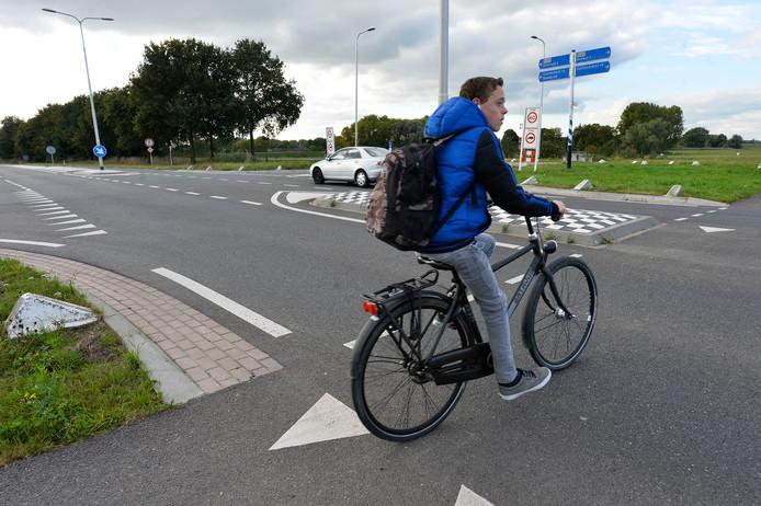 De kruising van de N322 met de Hoge Maasdijk in Andel is gevaarlijk. Het CDA wil een rotonde. foto mariethérèse kierkels/beeld werkt IPTCBron  Beeld Werkt;Beeld Werkt  Andel Hoge Maasdijk en N322 kruispunt is gevaarlijk;sale FR082;Andel ;Nederland;NL