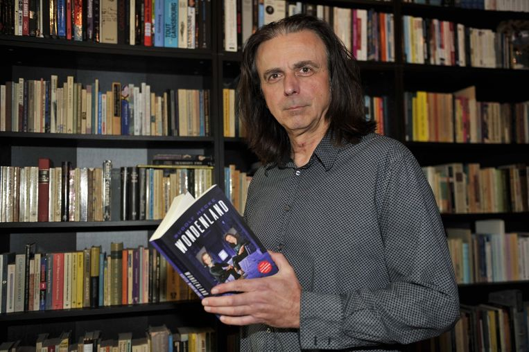 Rudolf Hecke uit Hofstade met zijn roman Wondenland.