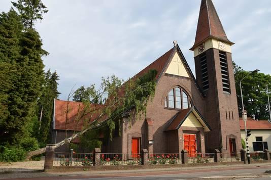 Bij de  Maria ten Hemelopneming kerk in De Steeg viel een boom op het dak. In de rest van het dorp lijkt er geen schade te zijn.