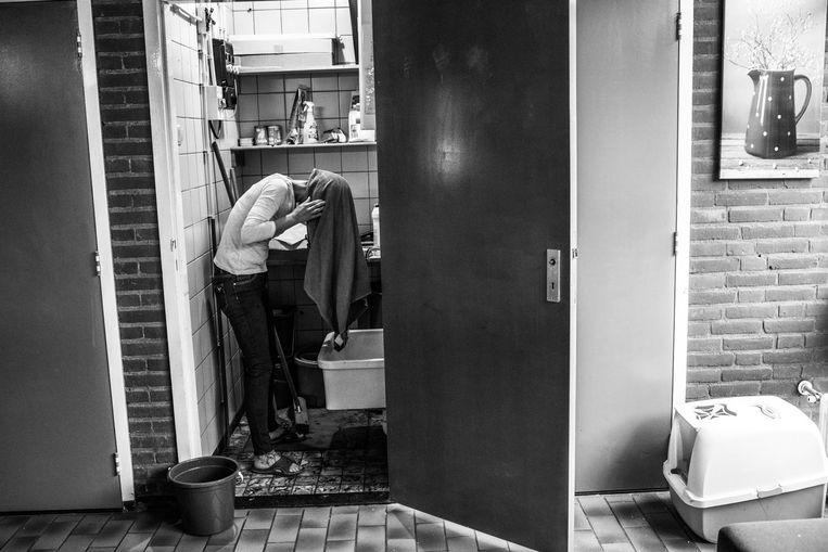 Er is maar één douche, onder de schimmel en roest, waardoor de vrouwen vanzelf andere wasgelegenheden vinden. Beeld Carla Kogelman
