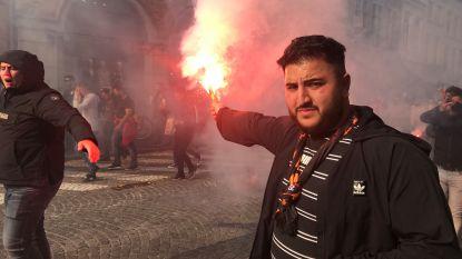 IN BEELD.  Grimmige sfeer in Brugge door voetzoekers en Bengaals vuurwerk