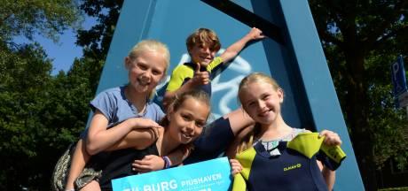 Julie, Sophie, Loes en Sep zwemmen mee tegen kanker. 'Het is cool om in de Piushaven te zwemmen'