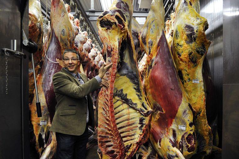 Kwaliteitsmanager Arjen de Ruiter van slachthuis Van Hattem Vlees laat de slachterij in de hoofdlocatie in het Gelderse Dodewaard zien. De Nederlandse Voedsel- en Warenautoriteit heeft ruim 690 ton rundvlees van het bedrijf laten blokkeren, omdat er mogelijk paardenvlees in is verwerkt.