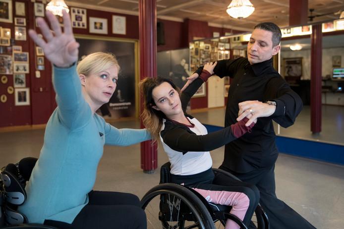 Alex met echtgenote en coach Jacqueline Glijn (in blauwe trui) en nieuwe danspartner Sharon.