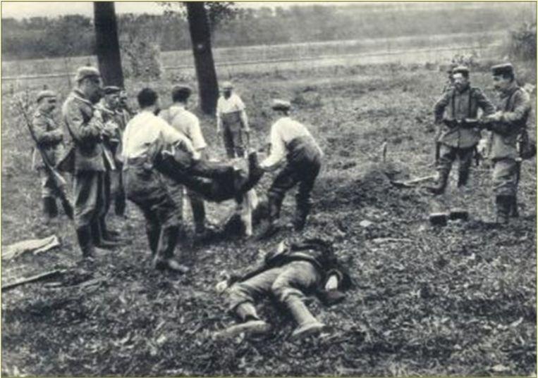 De burgerbevolking hielp, al dan niet door de Duitsers gedwongen, de doden en gewonden afvoeren.
