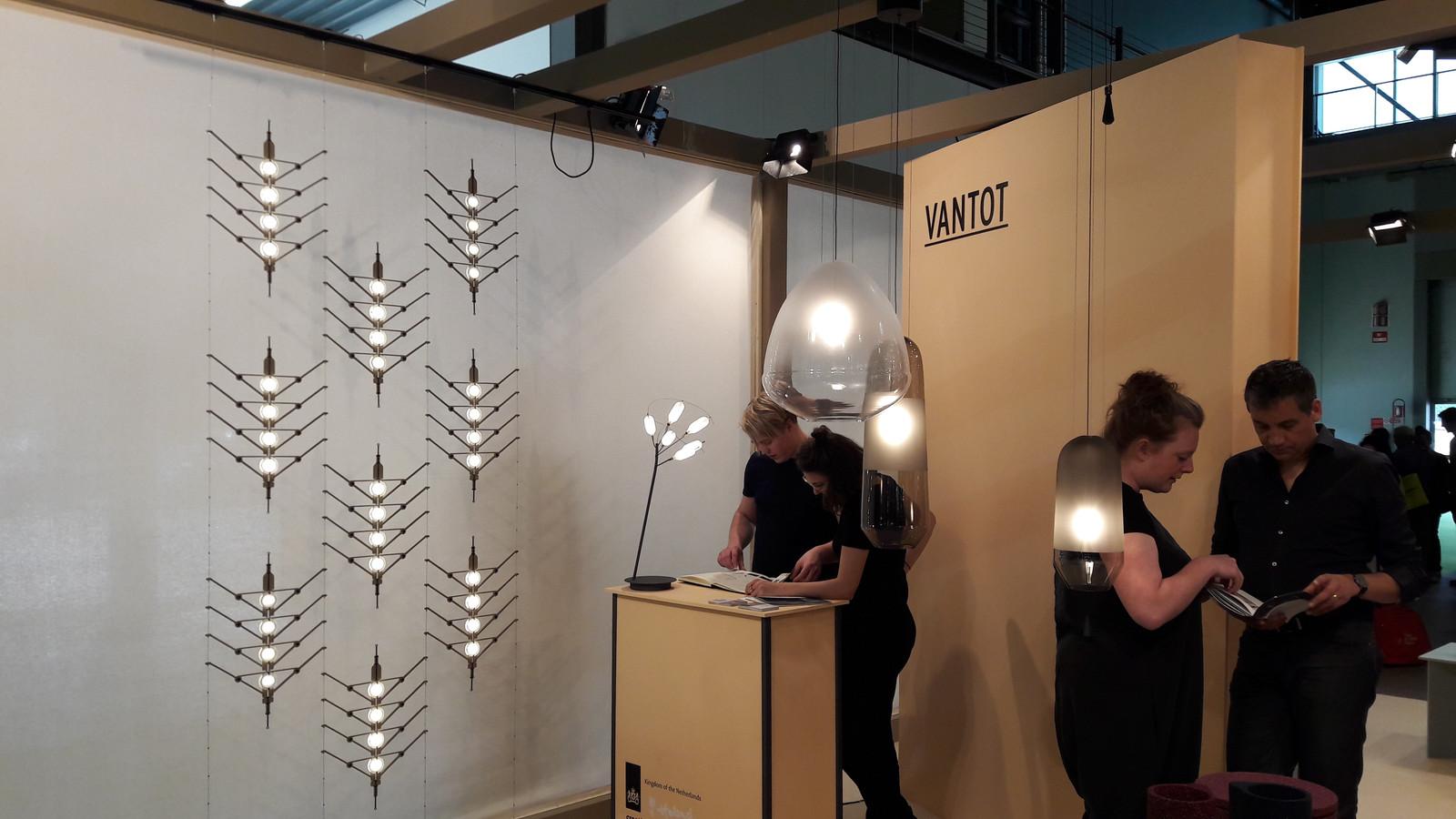 Eindhovense designers Sam van Gurp (links) en Esther Jongsma (rechts) van bureau VanTot op de beurs in Milaan in 2018.
