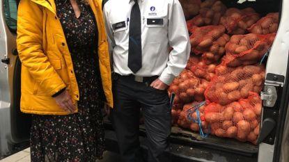Politie schenkt 540 kilo aardappelen en ajuinen van illegale straatverkoper aan Leger des Heils