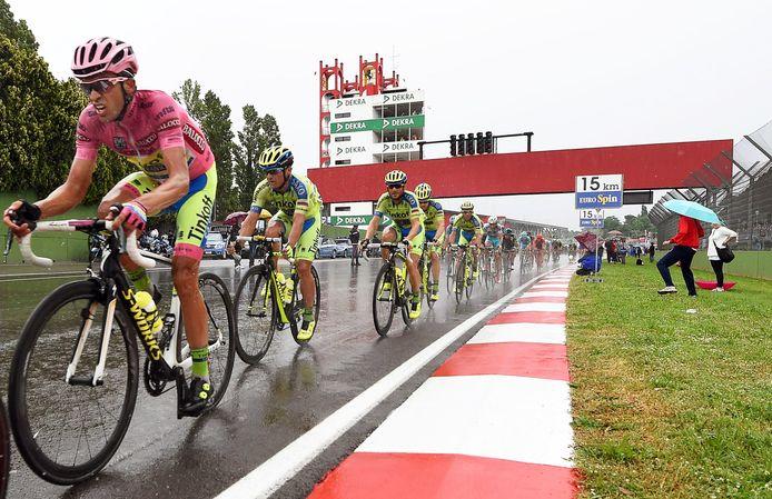 De Giro d'Italia op het circuit van Imola in 2015.