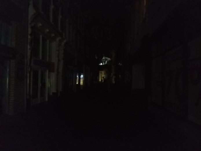 Het is donker in de Deventer binnenstad.