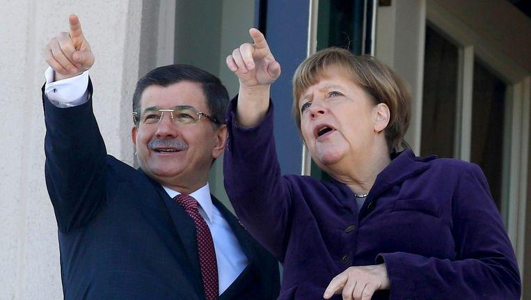 De Turkse premier Ahmet Davutoglu en bondskanselier Angela Merkel kondigden een gezamenlijk offensief aan. Beeld afp