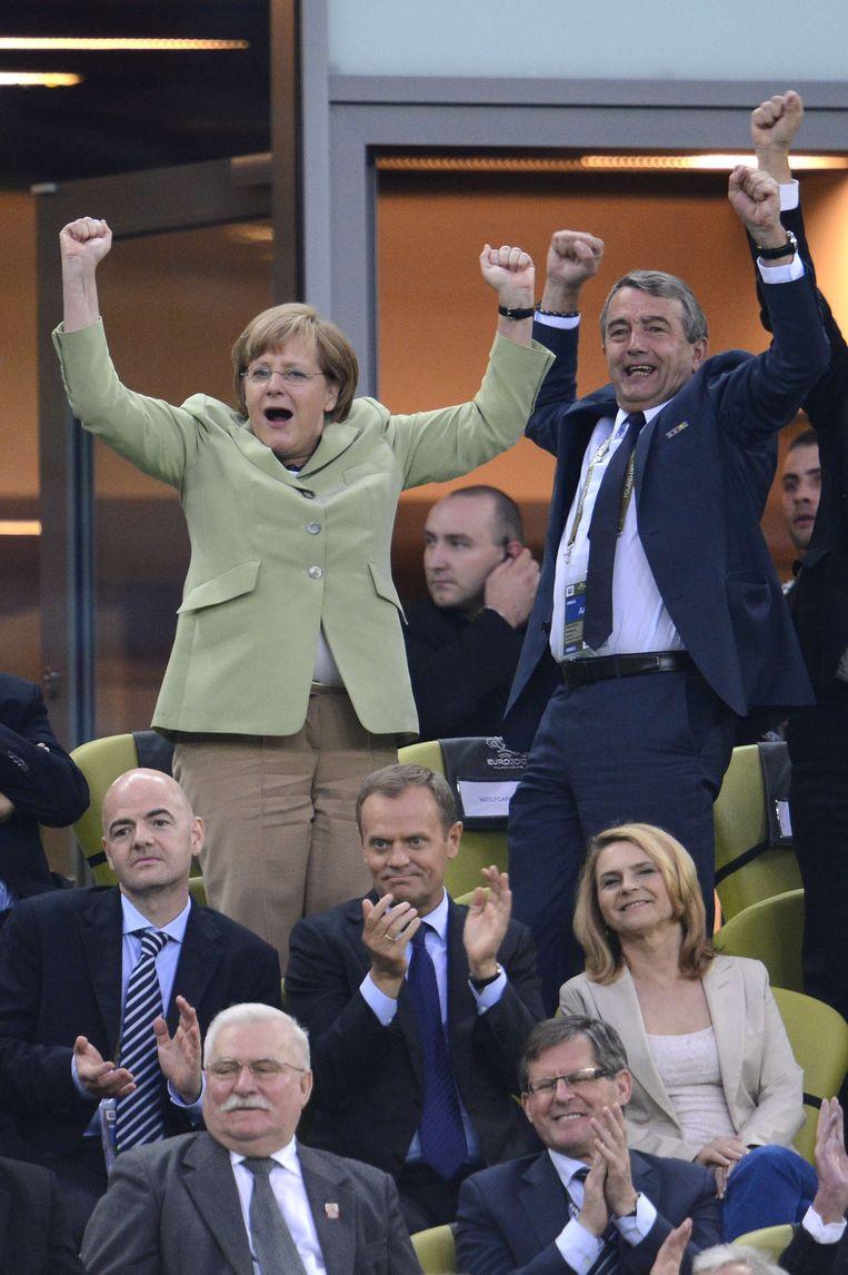 Niersbach viert naaast Merkel de gewonnen WK-finale tegen Argentinië op het WK in Brazilië vorige zomer.