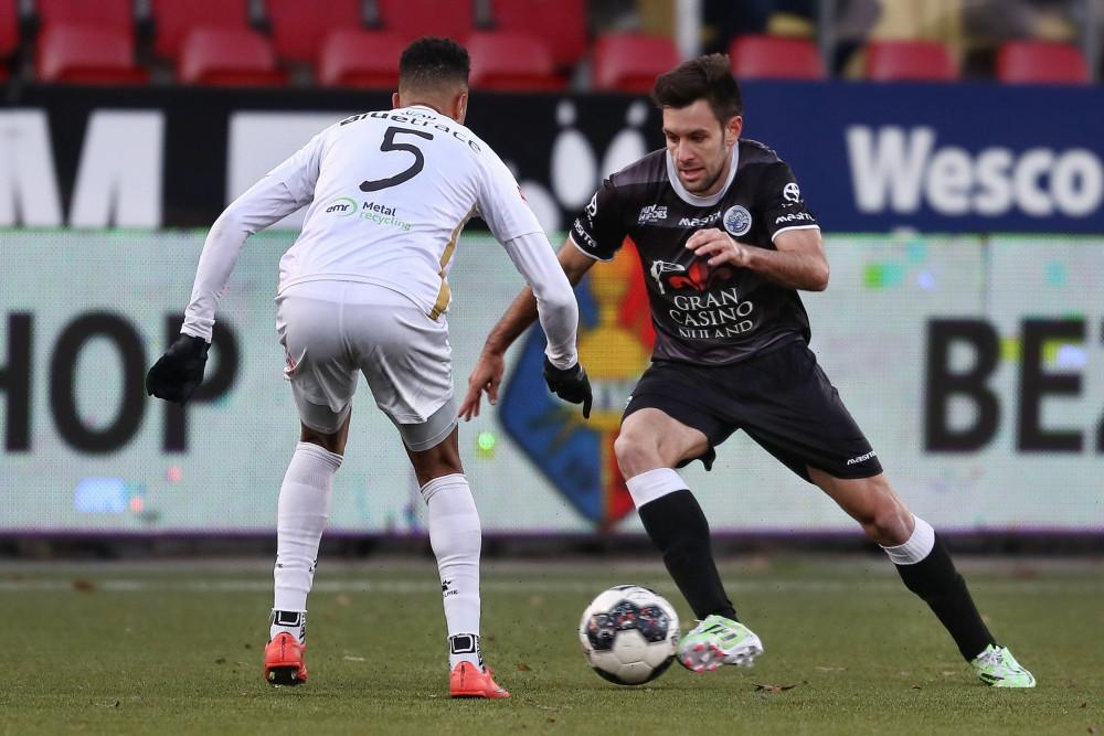 Iker Hernandez namens FC Den Bosch in duel met Elso Brito van Telstar, tijdens een van zijn invalbeurten.