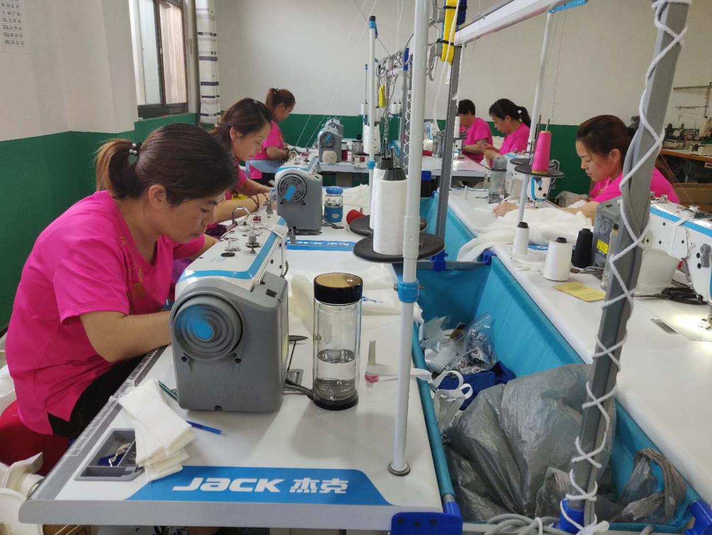 In het naai-atelier van Cheng Yong Hao woerden traditionele jurken, de chipao's, gemaakt.