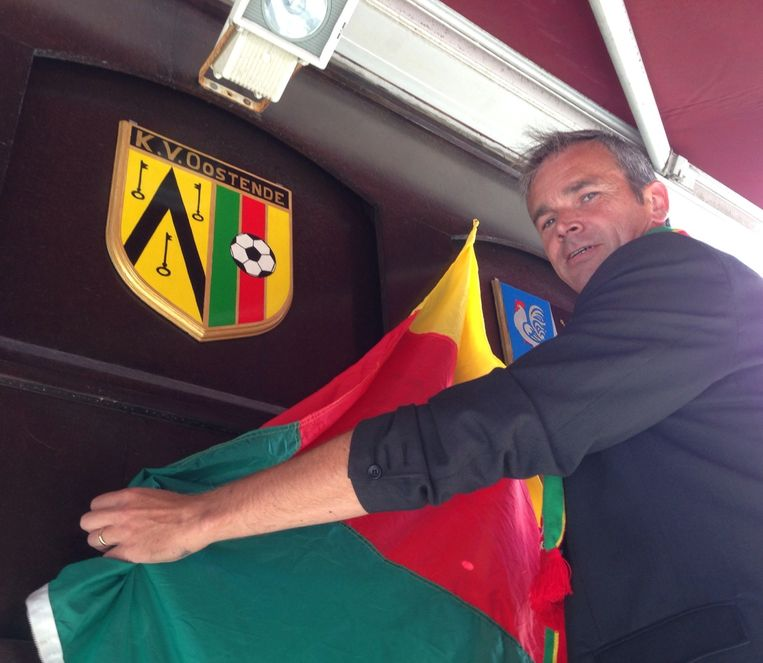 Kris Vanmassenhove onthult het KVO-logo op de gevel van Koekoek.