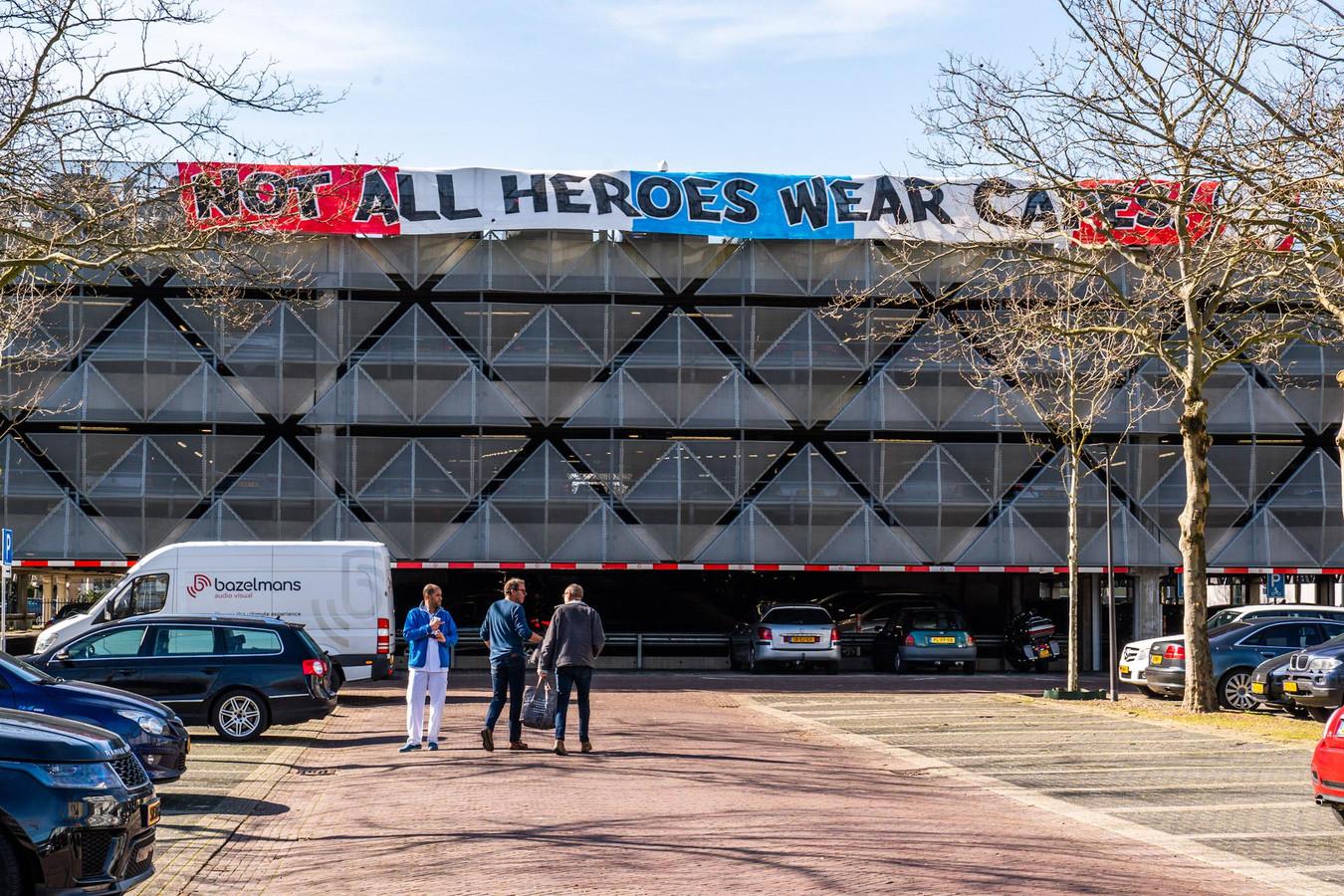 PSV-supporters steken ziekenhuispersoneel een hart onder de riem, hier aan de gevel van de parkeergarage van het Catharina Ziekenhuis.