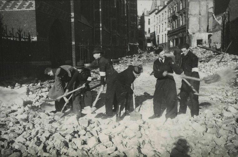 Puinruimen na het bombardement op Nijmegen.  Beeld NIOD