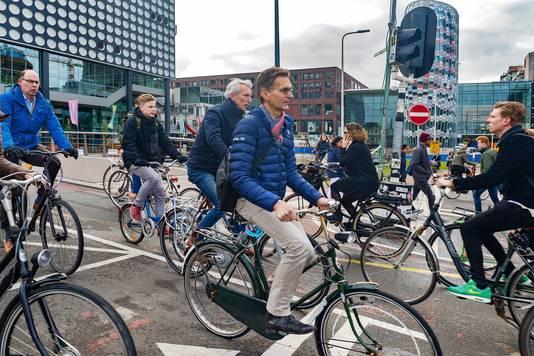 De fietsers komen van twee kanten