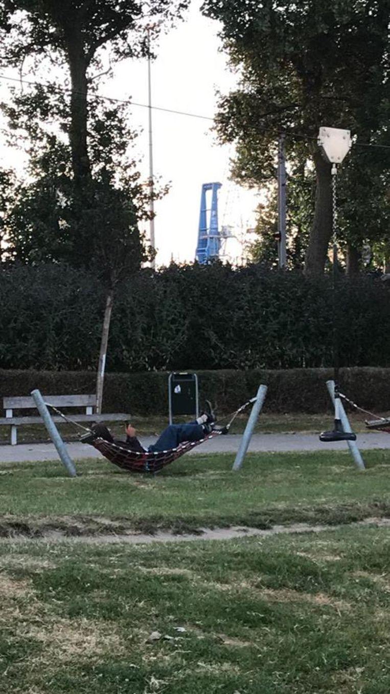 Transmigranten in het Sint-Donaaspark