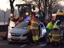 Zwaar ongeval met tractor in Dalfsen: autobestuurder gewond