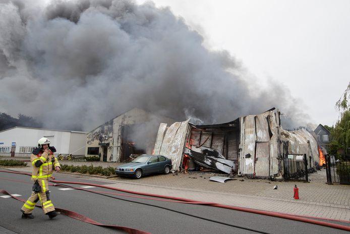 Ravage aan de Vordense Handelsweg, na de grote brand van dinsdag. Uiterst links meubelfabriek Lenselink, die wonderwel ongeschonden bleef.