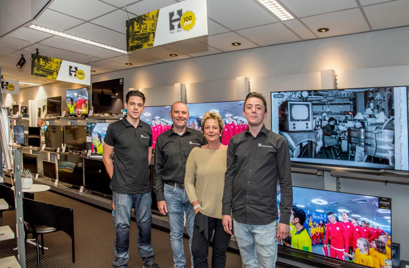 Vanaf links Stijn, Rob, Jopie en Pepijn in hun zaak in Udenhout.