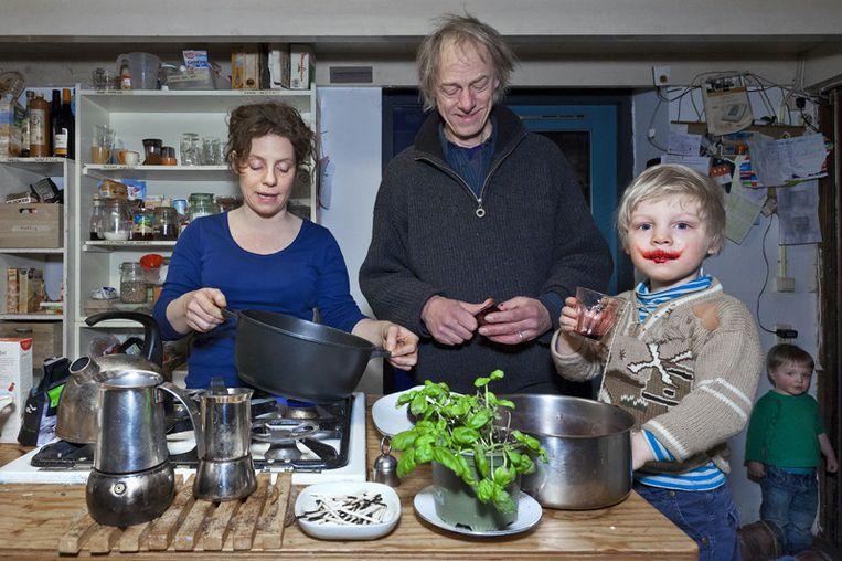 Jenny, Rutger, Matthias bij een aanrecht vol biologische producten. © Marc Driessen Beeld