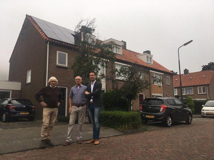 Op het dak van iniatiefnemer Wout van Boesschoten liggen al zonnepanelen. Hopelijk volgen meer huizen in de wijk. Vlnr Frans Peters, Wout van Boesschoten en wethouder Kevin van Oort
