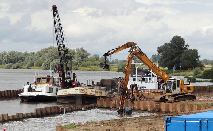 Opruimwerkzaamheden op het Olasfa-terrein bij de IJssel in Olst.
