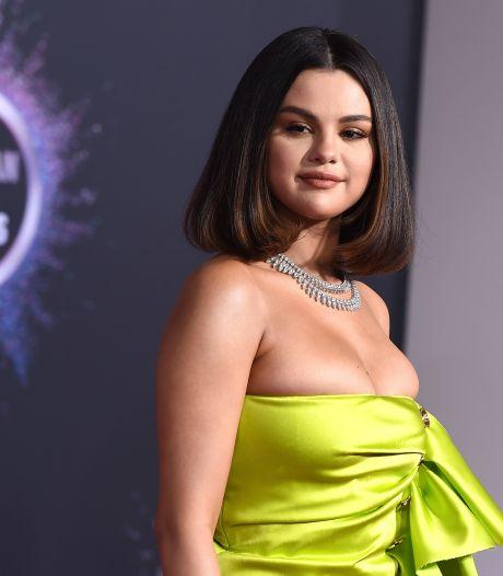 Selena Gomez oogst lof met eerlijk kiekje van litteken na lang verbergen: 'Trots op mezelf'
