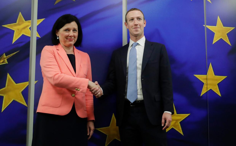Eurocommissaris Věra Jourová (Transparantie en Waarden) en Facebook-topman Mark Zuckerberg. Beeld null