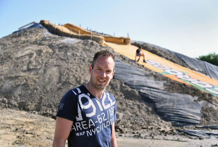 Maarten Tanis bij de hoogste heuvel met 'glijbaan' op het parkoers van de obstacle-run. Zoon Jurgen (10) moet op de achtergrond uitkijken niet naar beneden te glijden, omdat hij dan een grote vijver in plonst.